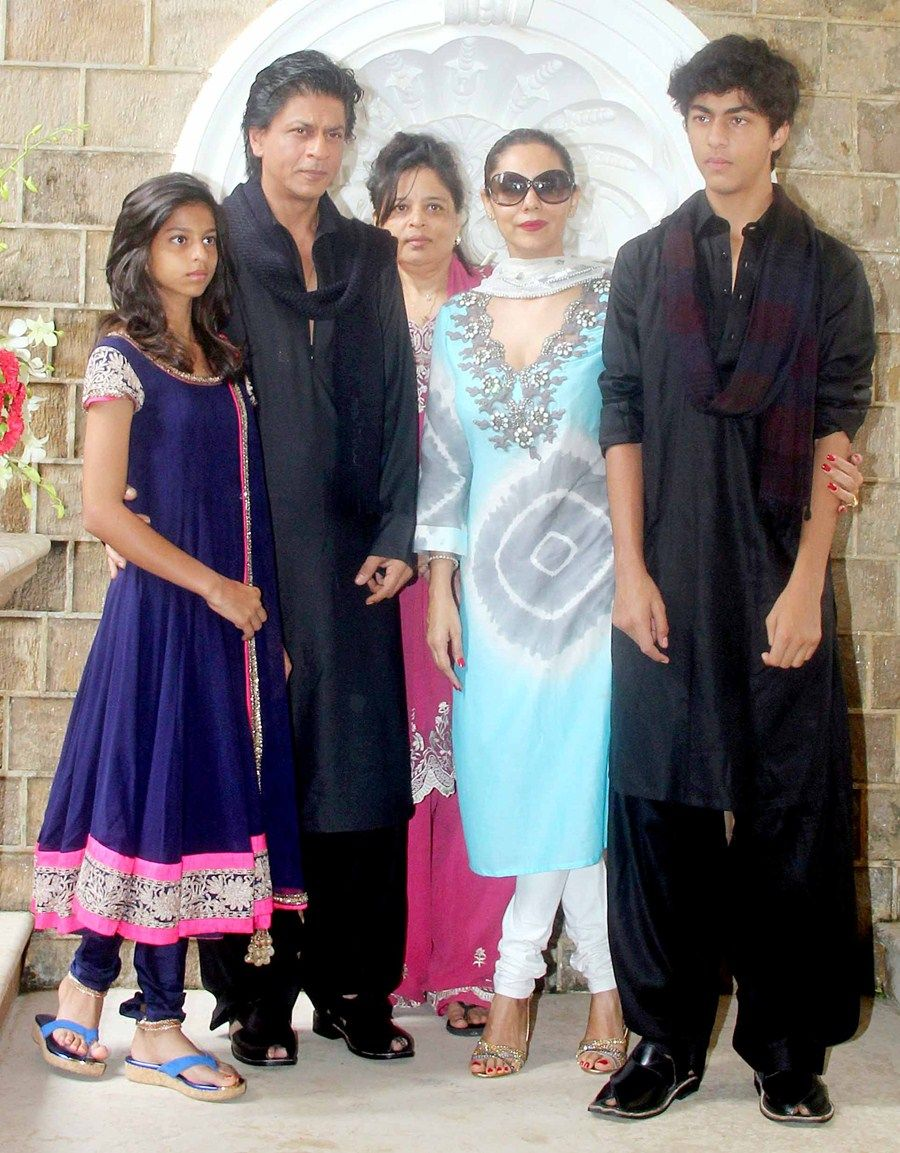 Shahrukh Khan Celebrate Eid With Media And Family Friends