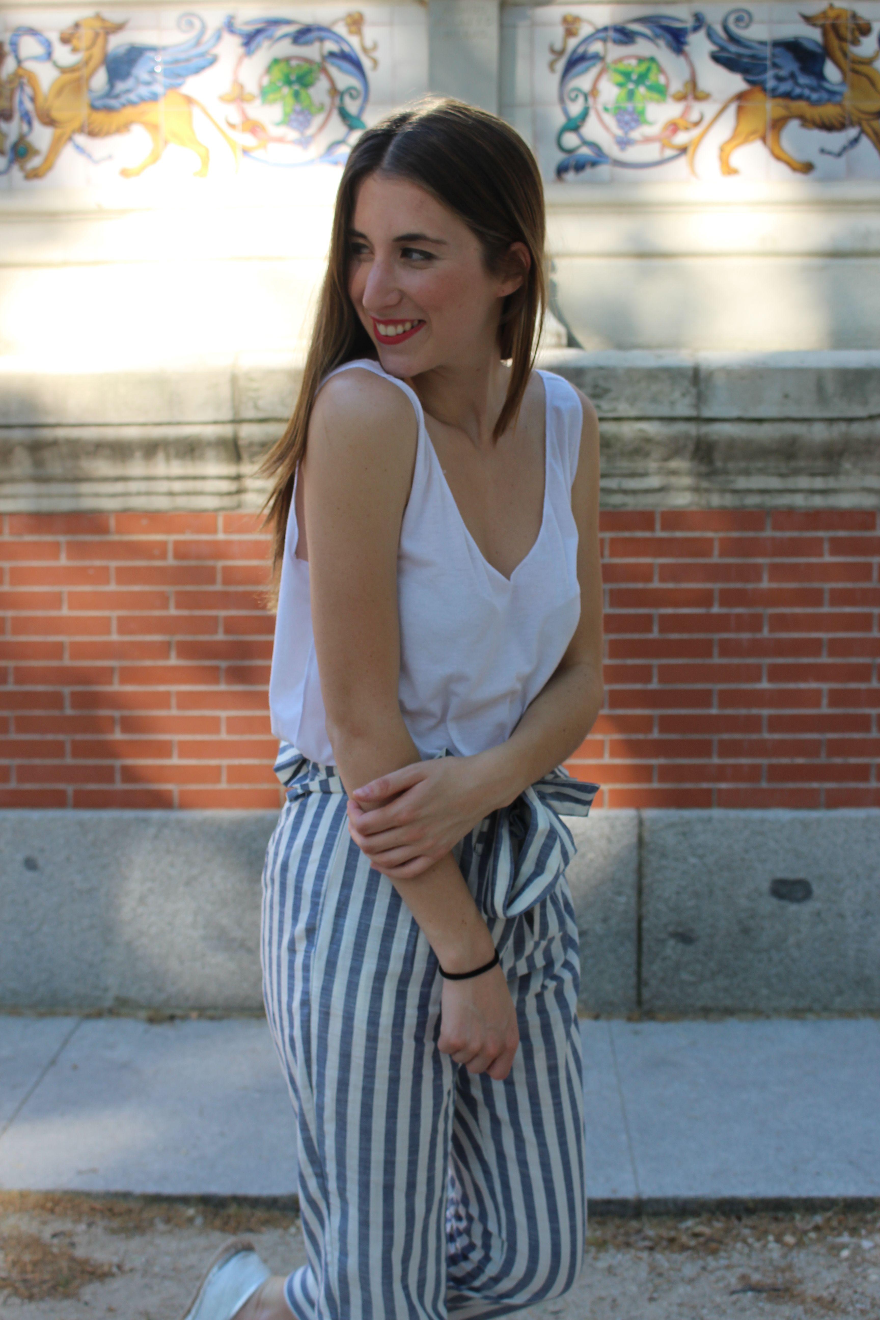 0ee37a92c Pantalón de rayas verticales en blanco y azul de Zara a conjunto con top de  manga tirantes en blanco liso.