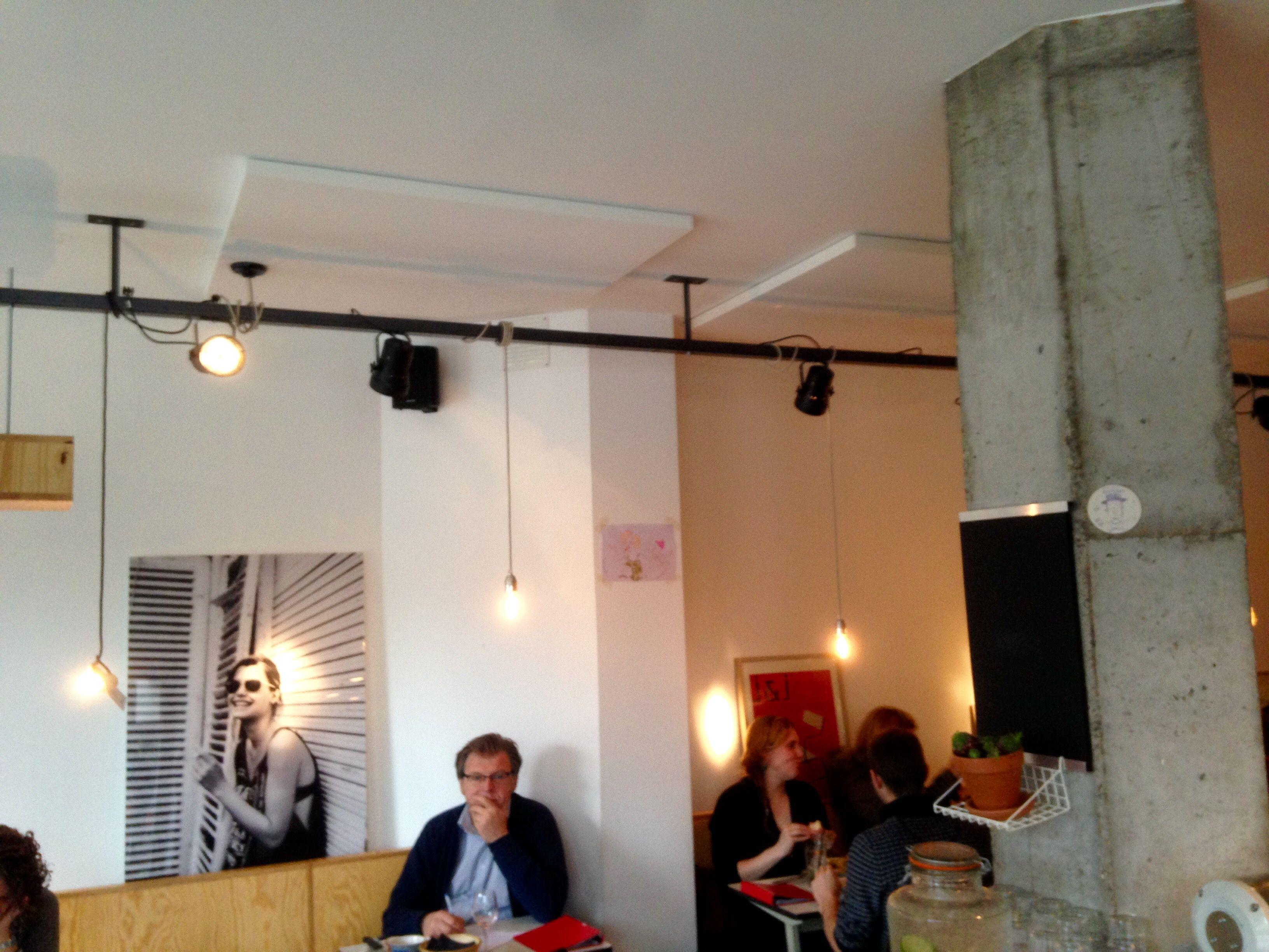 Ijzeren rails tegen plafond boven de eettafel waar we peertjes