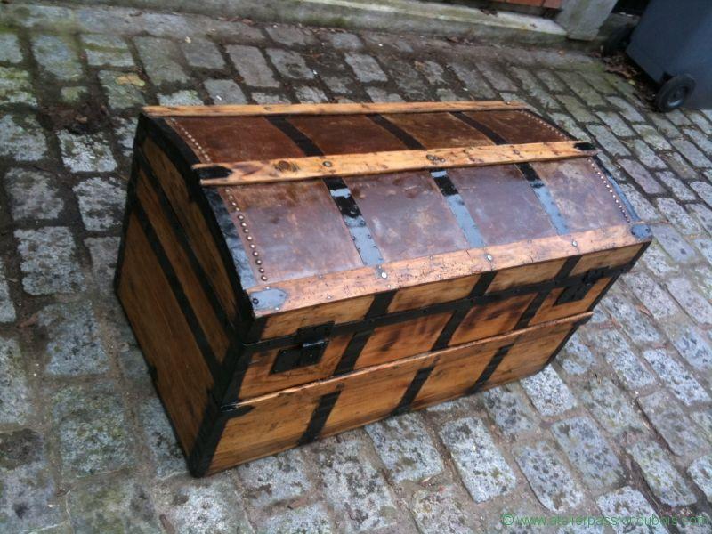 renovation vielle malle en bois d capage pon age vernis peinture et mise en rouille de. Black Bedroom Furniture Sets. Home Design Ideas