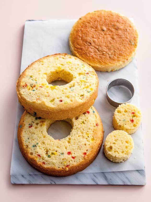 Photo of Wie man einen Pinatakuchen macht –  Entfernen Sie die Mitte des Pinata-Kuchens  …