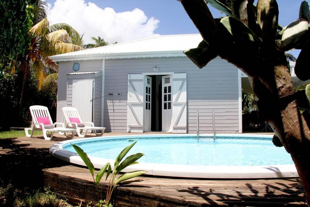 Logement entier à GP, GP. La petite villa Guadeloupe se situe dans une résidence fermée et sécurisée dans le secteur du Helleux avec un accès privatif pour vous rendre à pied sur les plages de Pierre et Vacances et plage du Helleux, spot de surf. La petite villa comprend ...