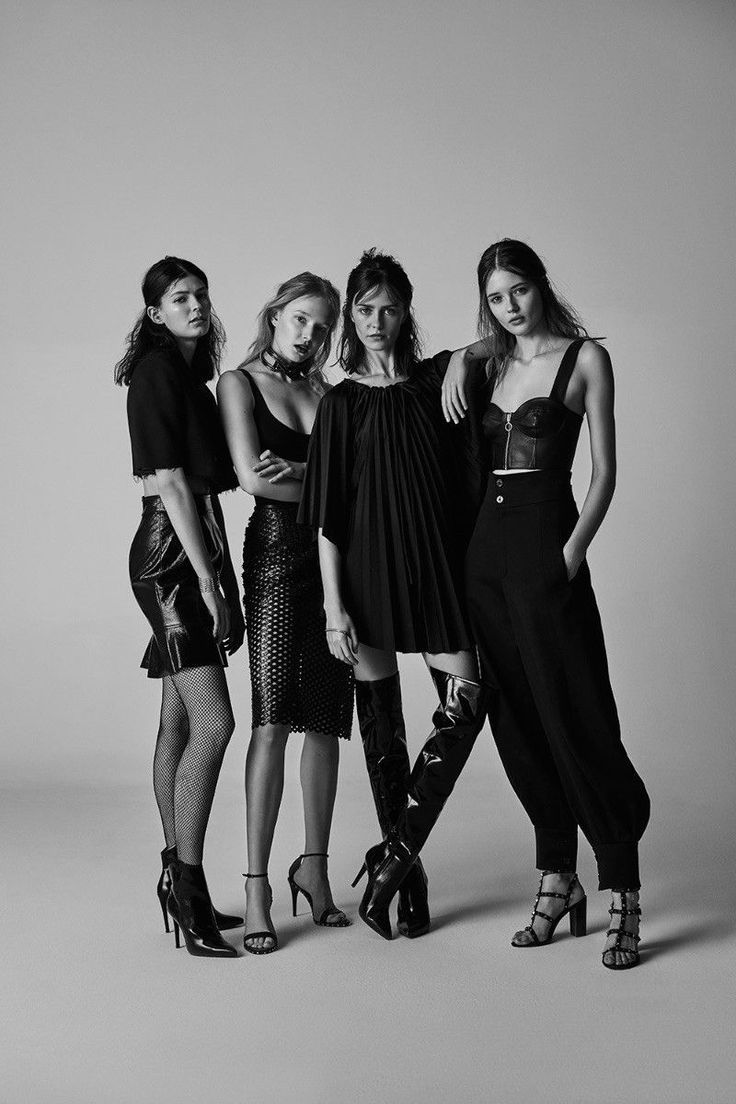 Creative idea for an editorial-style, edgy pose for families, sisters, brothers, or close friends. Wold be perfect for a senior shoot with best friends! #studiophotography #portraitphotography #editorial #fashionphotography
