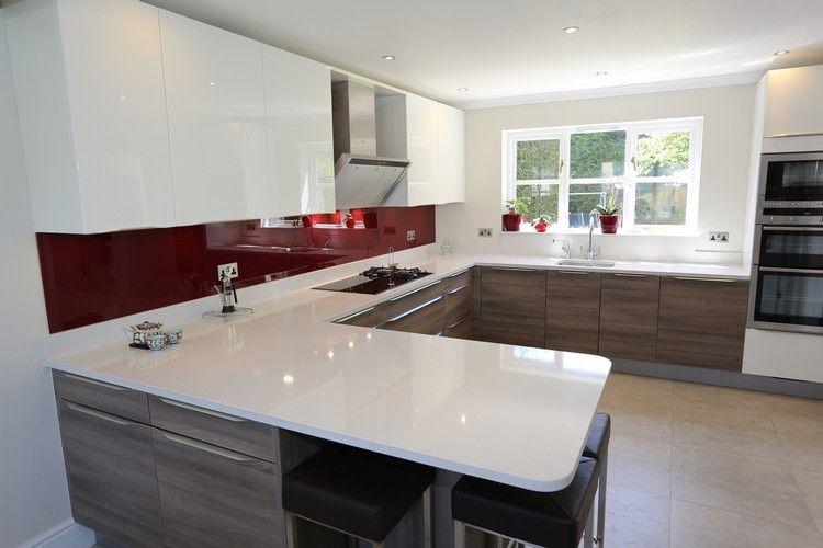 dunkelroter Glas Spritzschutz und weiße Arbeitsplatte | Küche ...