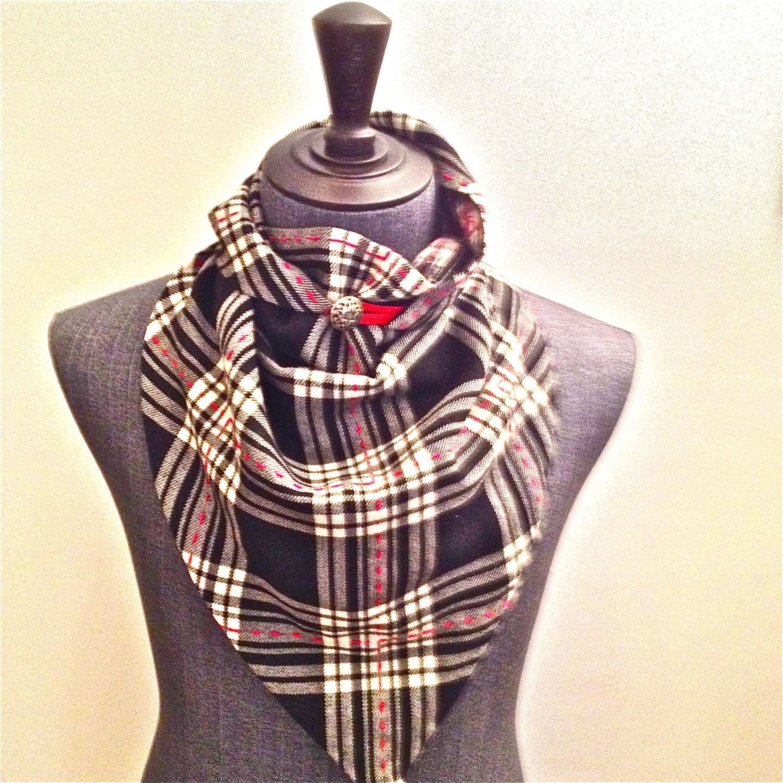 "#Foulard #triangle en #tartan et #tweed #noir / blanc #broderie ""ligne rouge"""