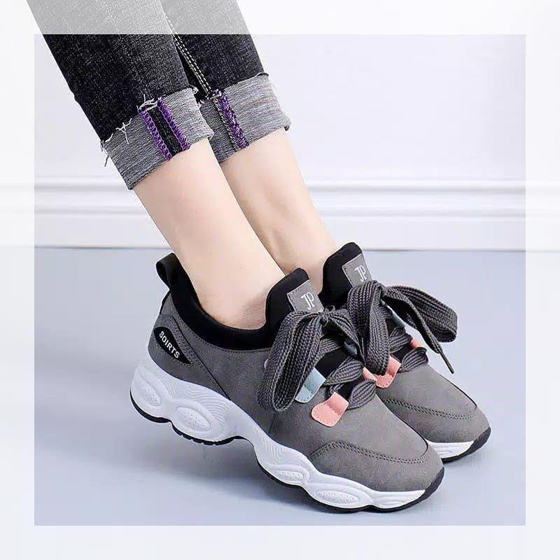 Pin Di Sepatu Kets