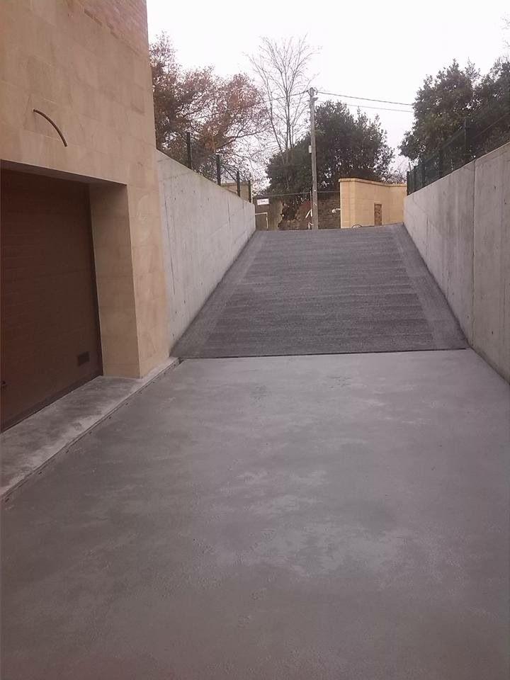 Rampa de garaje en hormig n rayado y entrada en hormig n for Cemento pulido exterior