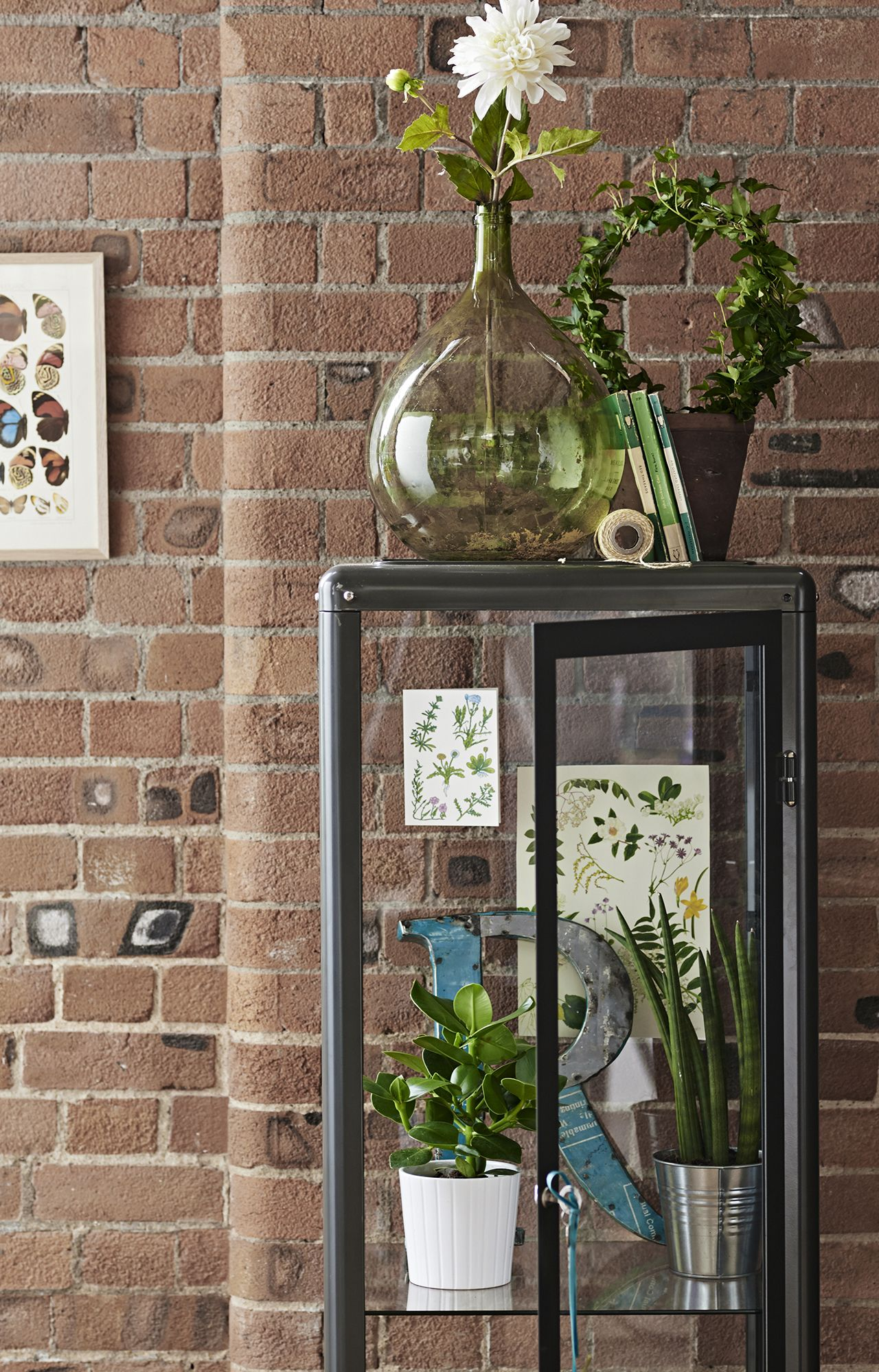 Put your favourite bits and bobs on display with our FABRIKÖR glass-door cabinet. You can have tons of fun mixing in old and new elements, plants and prints.