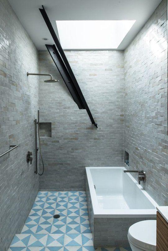 Badezimmer mit blau-weißen Fliesen und Badewanne in der Dusche - badezimmer badewanne dusche