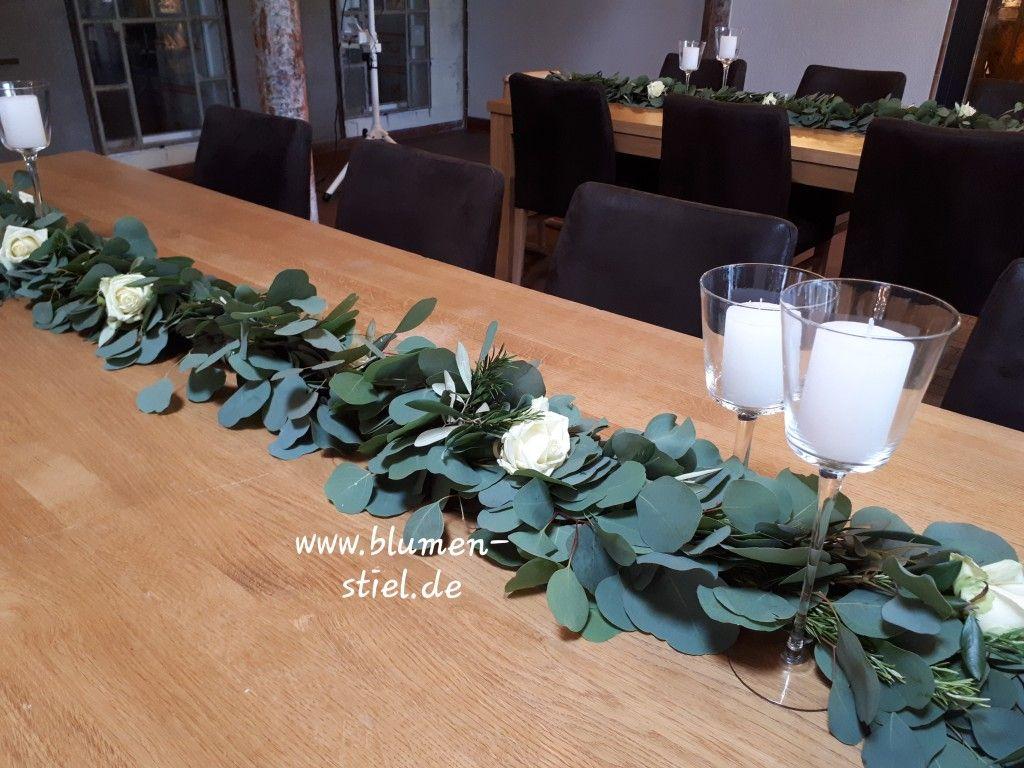 Tischdekoration Im Landhausstil Girlande Aus Eucalyptus Rosmarin Und Olive Mit Kerzen In Stielglasern U Tischdekoration Tischdekoration Hochzeit Stielglaser