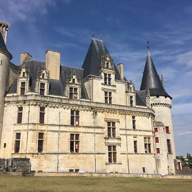 Détails du logis Renaissance du château de La Rochefoucauld. Une merveille, vous ne trouvez pas ? ✨}↠ Retrouvez-moi sur omonchateau.com___________________