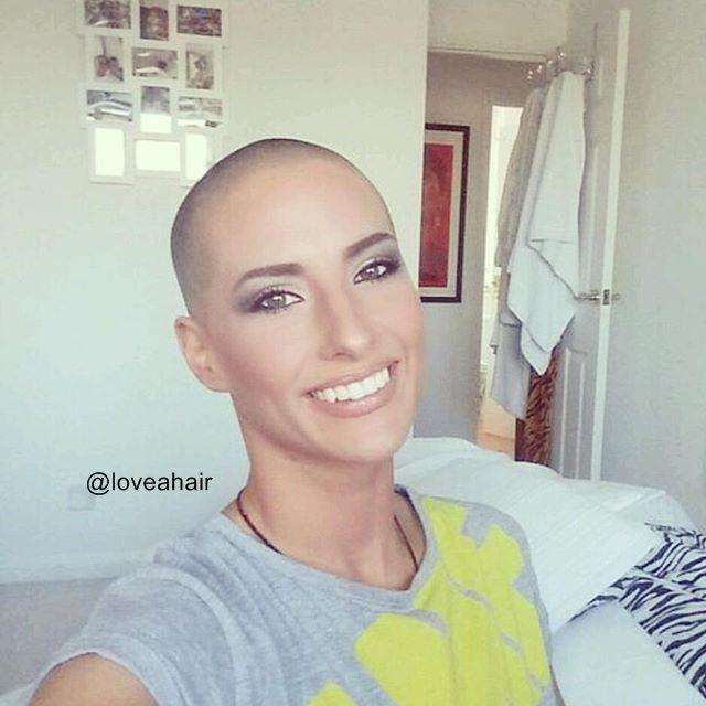 Frauen rasiert Bald durch Friseur