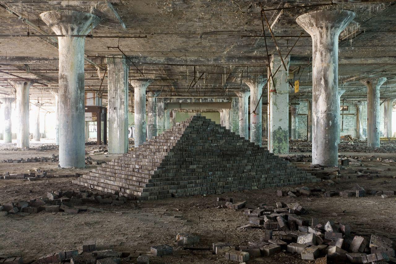 Scott Hocking est un artiste basé à Détroit qui explore les ruines modernes de la ville d'une façon particulière. Il visite des sites état de décomposition célèbres ou plus confidentiels et utilise des détritus et des matériaux de construction abandonnés à l'intérieur pour construire des nouveaux monuments d'une géométrie parfaite et intemporelle. Une fois son …