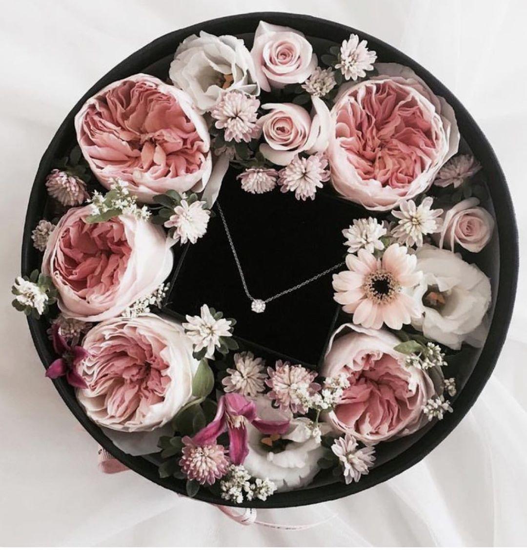 Kedves Urak! Legyetek kreatívak és lepjétek meg kedveseteket egy szép nyaklánccal, órával,karkötővel egy igazán különleges ékszerboxba csomagolva!! ☺️🤗🌸 Keress bátran,hogy segíthessek még szebbé tenni az ajándékot! 💐🎁🌷🌸 #giftideas#flowerbox#jewelryb