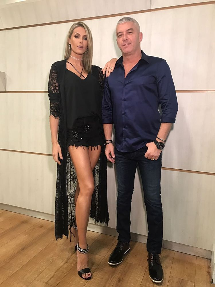 3cd627a98f7a7 Look Casal! Ana Hickmann e Ale Correa arrasam no visual no  Programa da  Sabrina