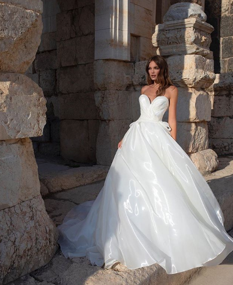 This Liquid Organza Realcollection Wedding Dress By Pninatornai Is Classic With A Twist In 2020 Pnina Tornai Wedding Dress Pnina Wedding Dresses Ball Gowns Wedding