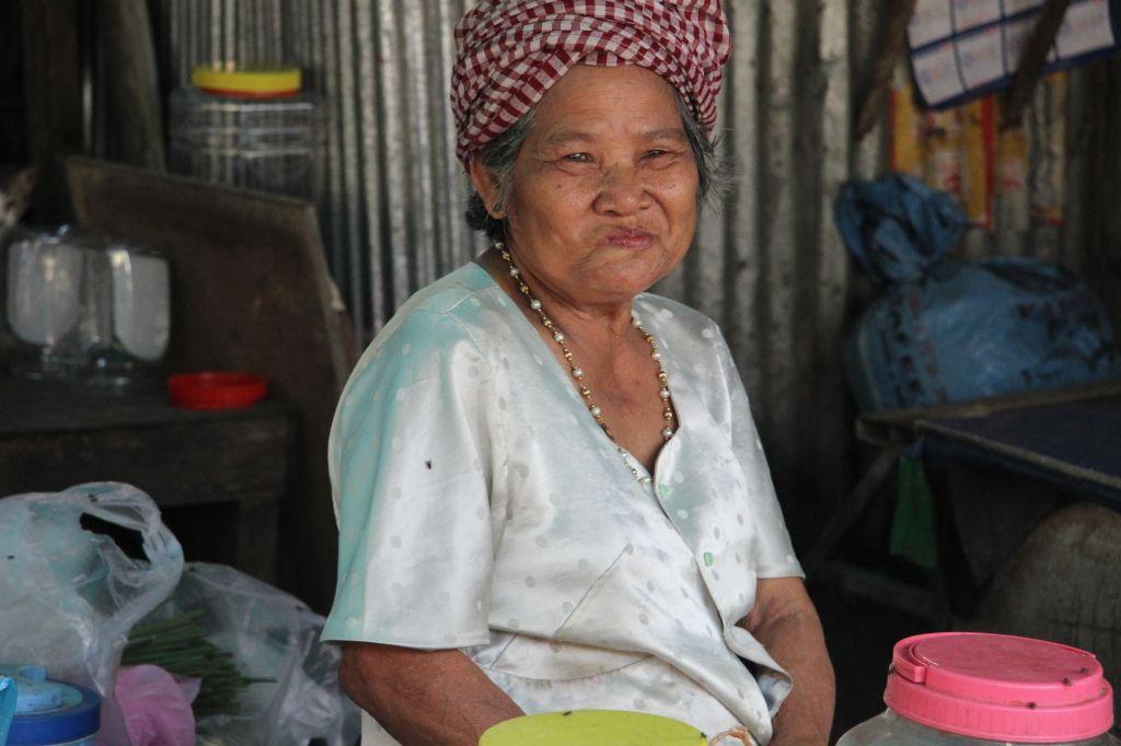 Hübsche Khmer-Marktfrau schmunzelt in die Kamera