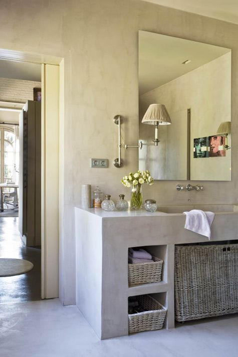 baño con mueble de obra, paredes y suelo con acabado microcemento