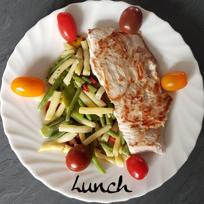 🍃ce midi dans mon assiette🍃 🥗Escalope de dinde  🥗légumes a la vapeur au curry 🥗mélange de tomates 🥗huile de coco . 👉et vous ce midi ❔ . ➖ ➖ ➖ ➖ ➖ ➖ ➖ ➖ ➖ ➖ ➖ @https://www.facebook.com/julyfithbc/ 🔹MON BLOG : www.july-fit-hbc.com