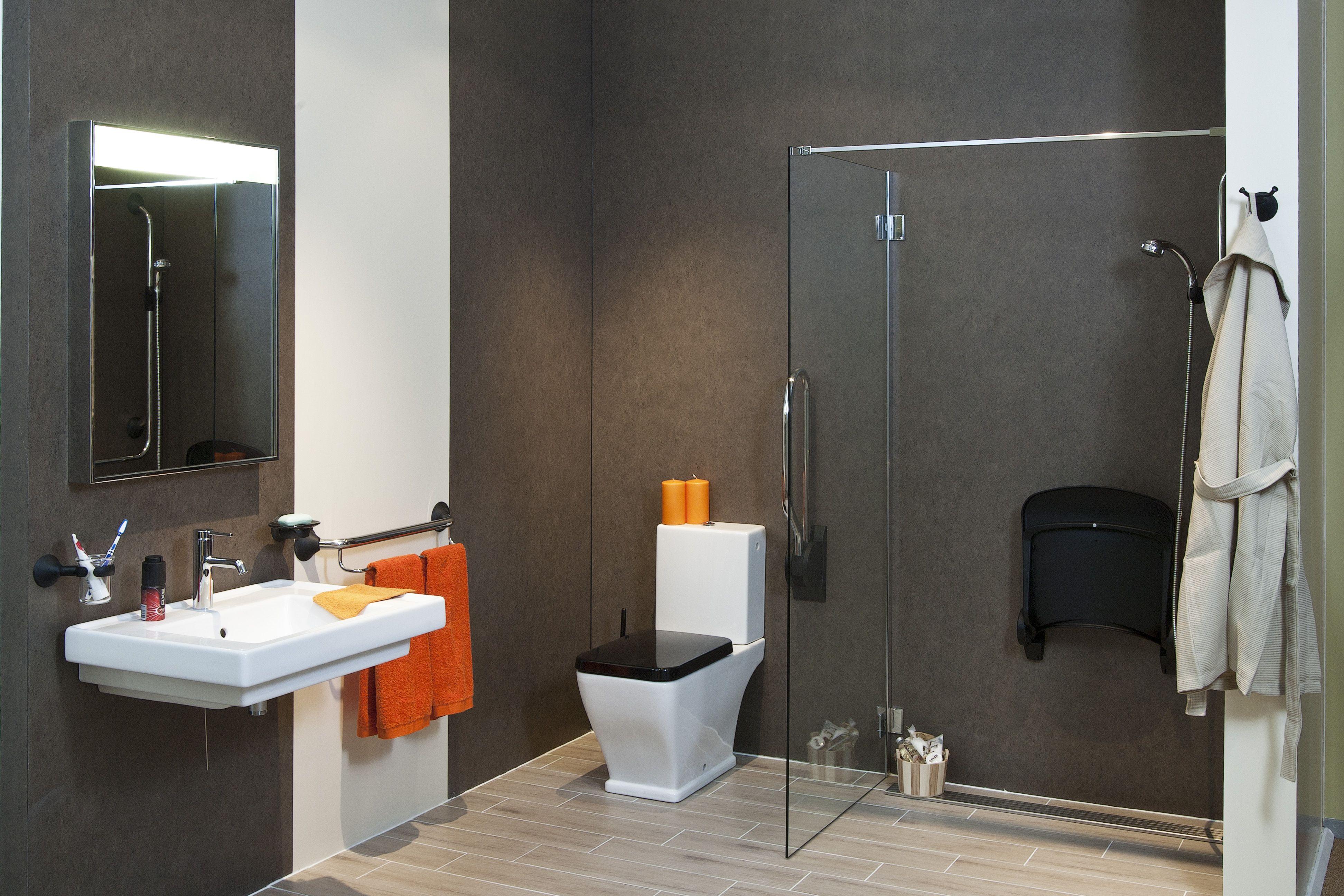 Complete aangepaste badkamer mer rolstoel wastafel en douchezitje