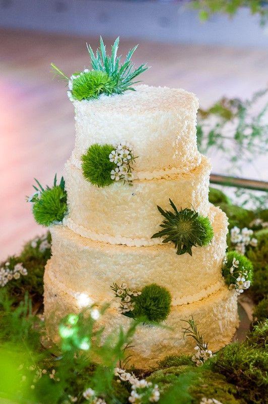 tort ślubny na mchu  leśnymi akcentami, leśne wesele