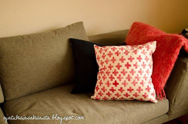 DIY potato-stamped cushion // ajatuksiasaksasta.blogspot.com