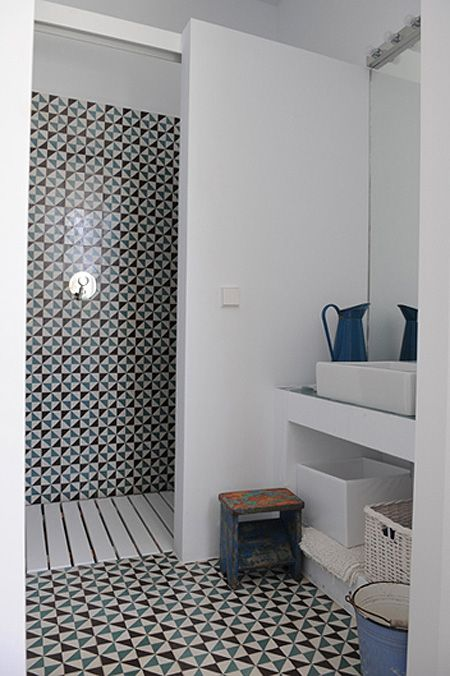 by Maria Lladó Love this tile! also the slat floor in the shower is - idee de salle de bain italienne