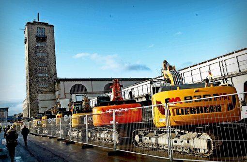 Die Tage der offenen Baustelle bei Stuttgart 21 am Hauptbahnhof haben am ersten Tage einige Tausend Interessierte angelockt, denen am Tunnelportal in der Jägerstraße Maschinen gezeigt wurden. Aber auch S-21-Kritiker waren da.