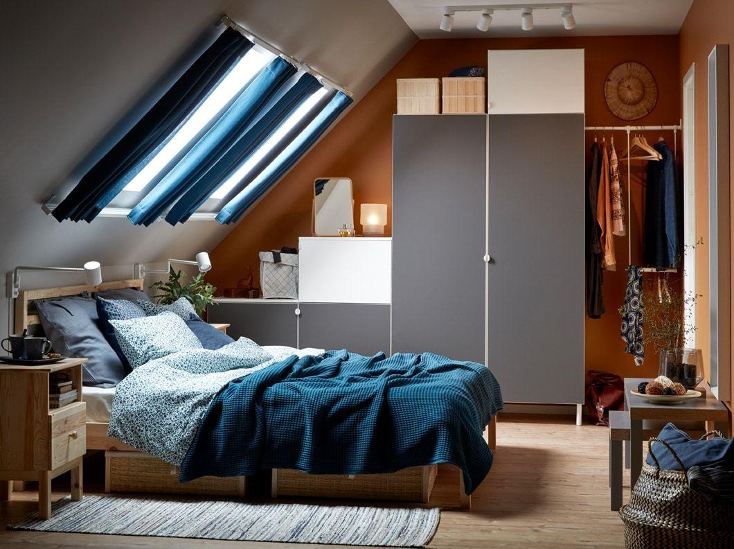 wei es schlafzimmer in blau beige grau und wei mit dachschr ge und tarva bettgestell in. Black Bedroom Furniture Sets. Home Design Ideas