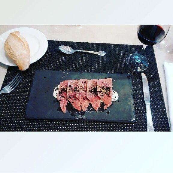 #tataki de atún con crema de almendras y sésamo #instafood #gastroadict #foodie #foodporn by izaskuin