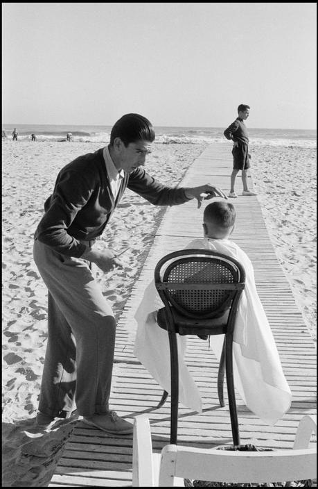 """Inge Morath - Corte de pelo durante las inundaciones"""" (Valencia, España, 1951)"""