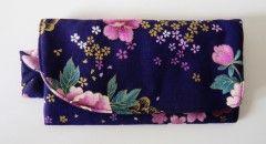 Hoy os presentamos nuestro encantador monedero Lia, en tonos violeta muy trendy y estampado a mano, es una monada. http://myleov.es/tenda/es/accesorios/39-monedero-lia.html