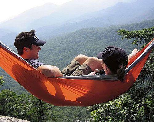 Hamaca fabricada en tela de paracaídas que soporta un peso de hasta 300kg.