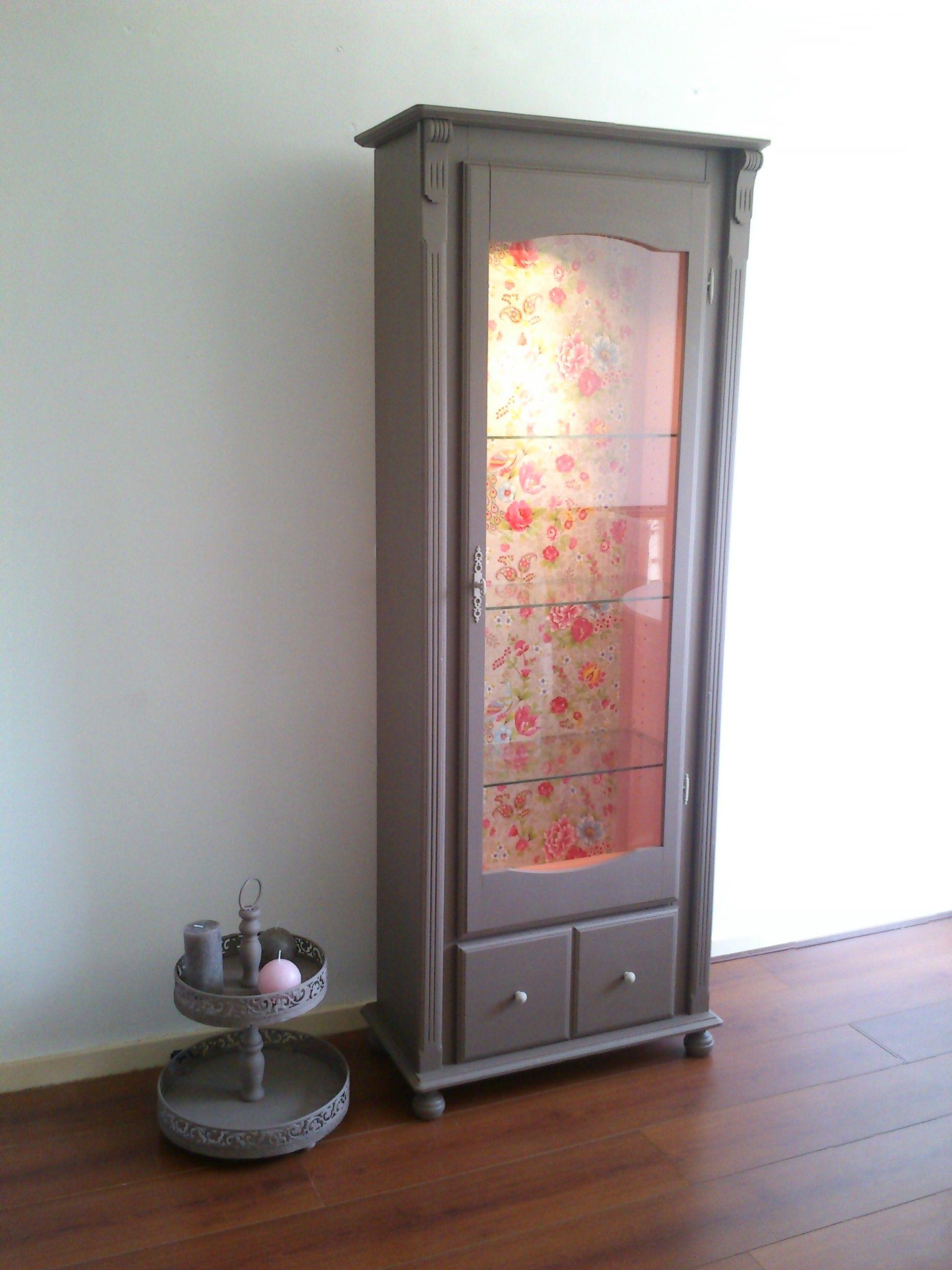 Vitrine kast met verlichting in taupe kleur met pip flower behang bekleed gerestylde meubels - Kleur taupe ...