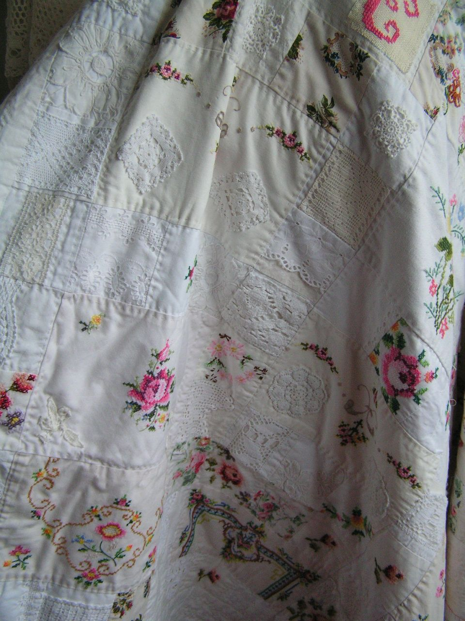allerlei afgedankte tafelkleden verknipt en er een quilt van gemaakt, achterkant is een damasten tafelkleed, tussenlaag is een flanellen laken, alles tweedehands.... by sylvia extra