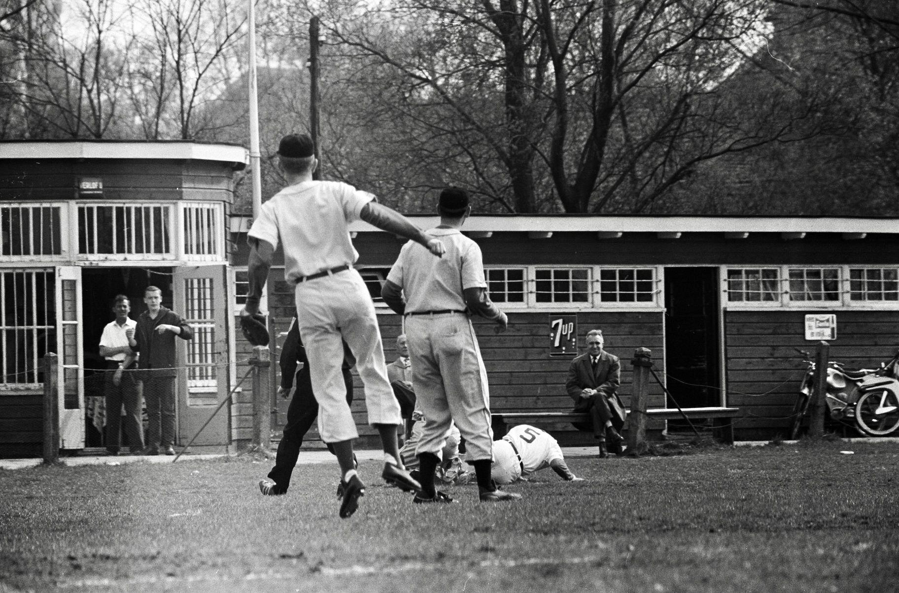 Honkbal Volewijckers tegen WVHEDW. | Iyengar yoga, Couple photos, Nostalgia
