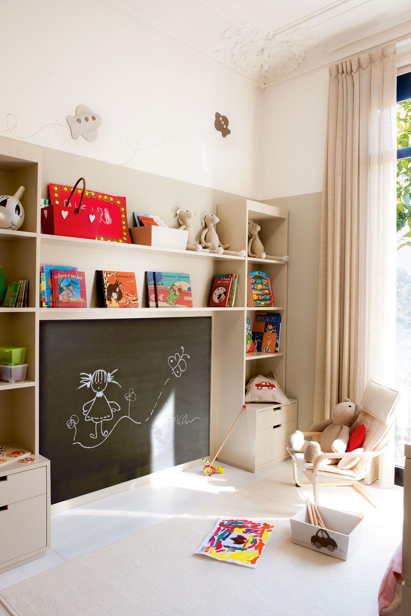 Dormitorio infantil con armario y mueble con estantes y cajones para ...