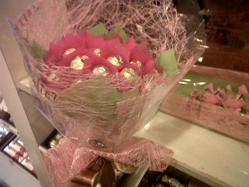 Chocolate bouquet on pinterest candy flowers bouquet of chocolate - Ferrero Rocher Bouquet Edible Bouquetschocolate