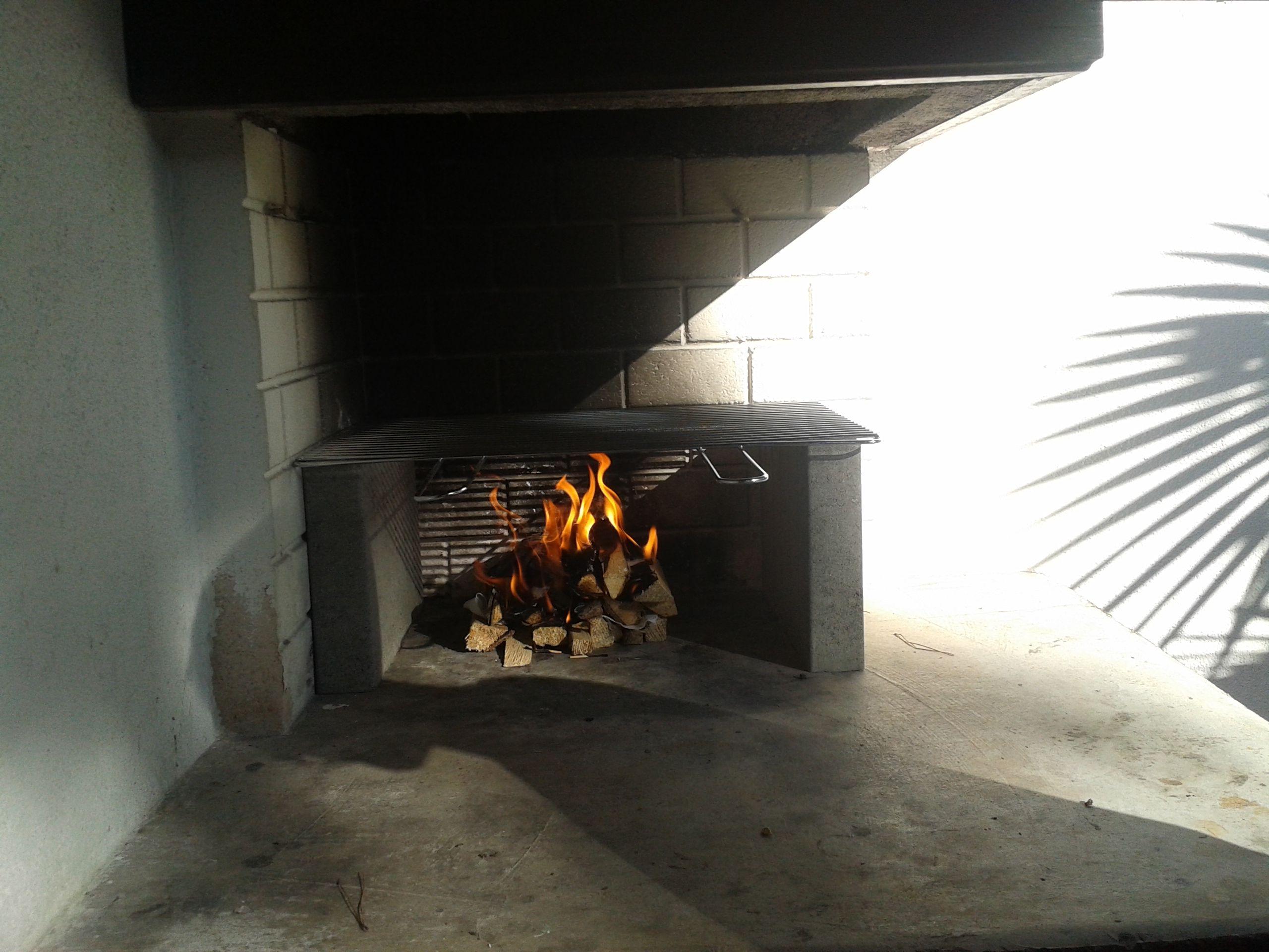 der steinofengrill wartet auf ihre würsterl und ihr steak | bungalow