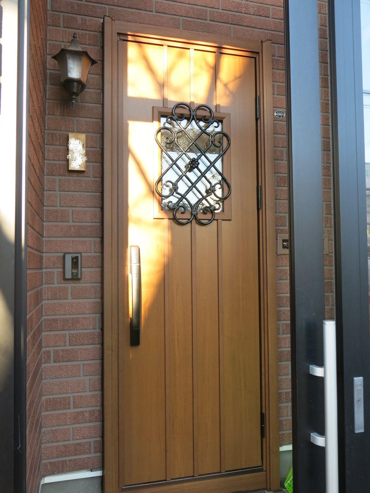 玄関ドアの結露が気になったのと 非断熱の玄関ドアで扉本体下部がサビついていたため 玄関ドアの交換をしました 電池 式のスマートコントロール式の断熱リフォーム玄関ドアです 種類 色が豊富で選ぶのが迷っちゃいますが きっと素敵な玄関ドアに会えますよ 一つ