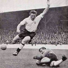 West Ham 3 Fulham 2 in Sept 1957 at Upton Park. A good save from Tommy Hoyland keeps Fulham at bay #Div2