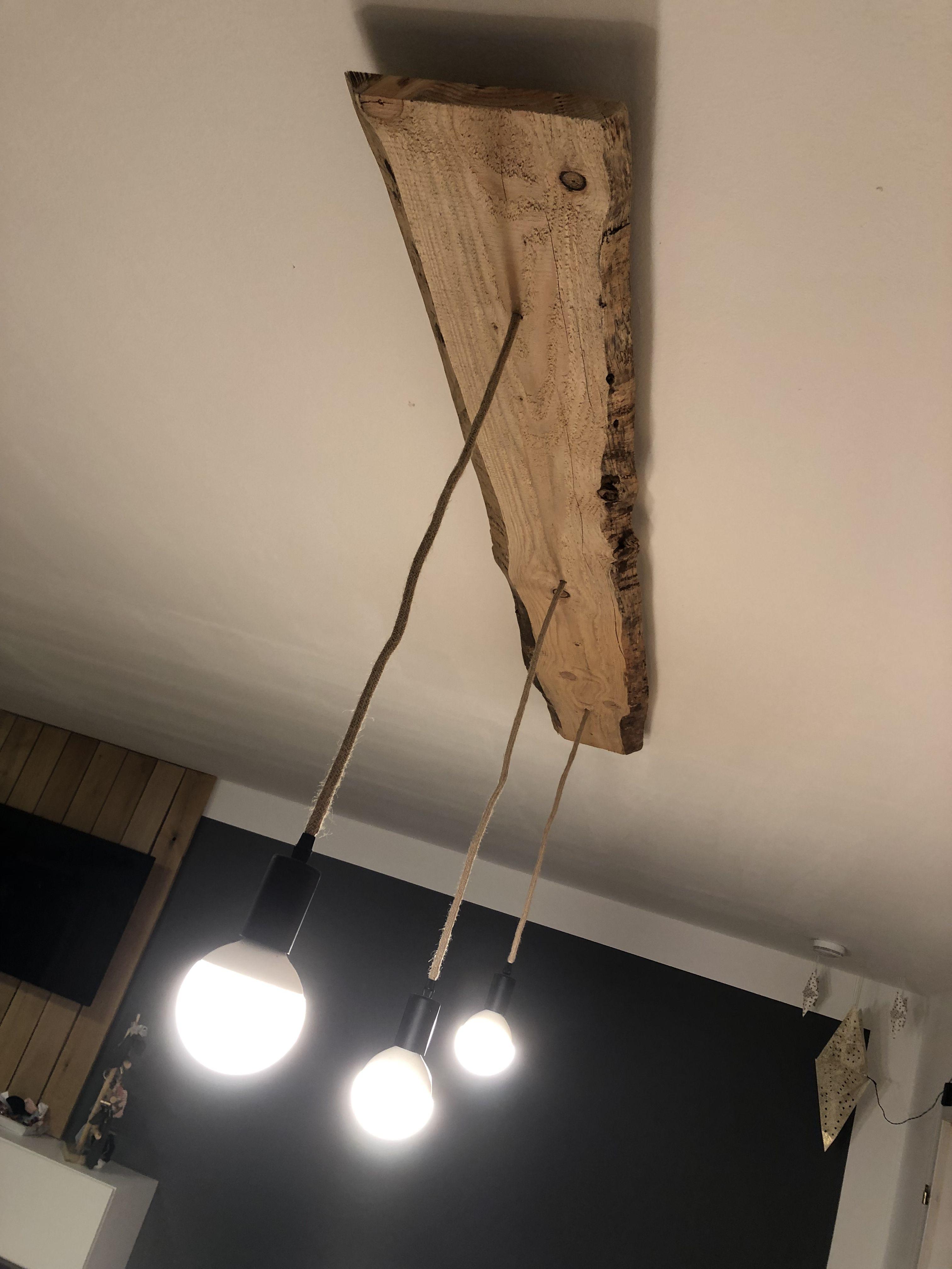Deckenlampe aus unbesäumten Brettern & Fassungen in Tau
