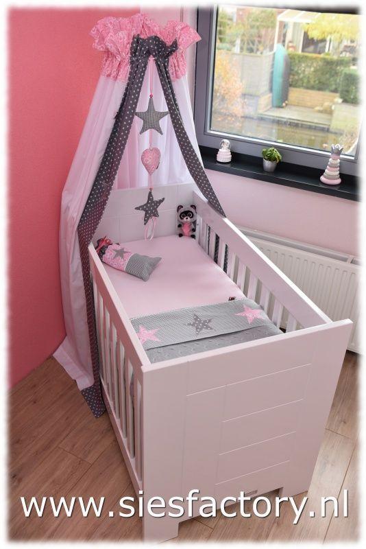 babykamer licht roze, grijs en wit met zilveren sterren. - baby, Deco ideeën