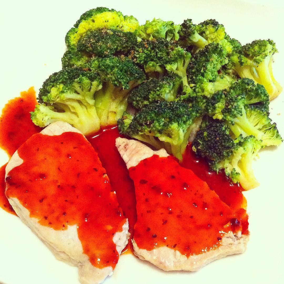 Vamos a comer!!! Brócoli al vapor con pimienta Atún fresco a la plancha con salsa tomato&basil de walden farms  #almuerzo #lunch #diet #dieta #fit #fitfam #fitfood #fitness #comida #food #foodie #foodporn #healthy #healthyfood #adelgazar #perderpeso #weightloss #waldenfarms #highprotein #protein #lowcarb #carbcycling #iifym #atún #tuna by sweet_bumblebee