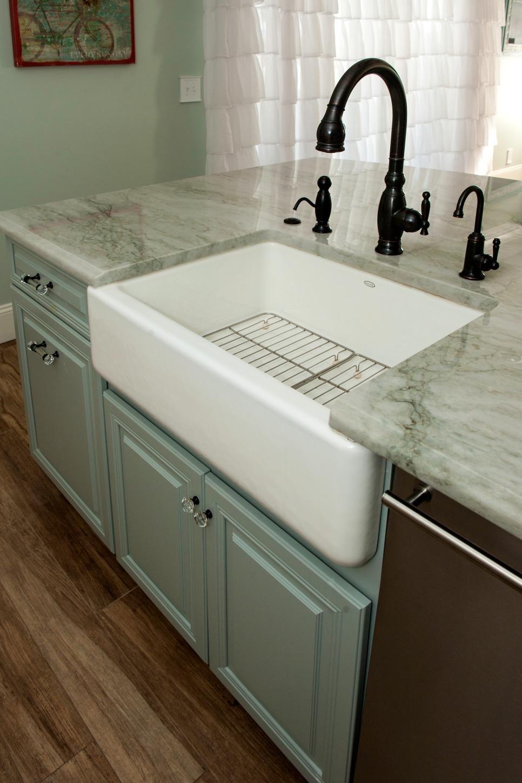 white farmhouse sink in kitchen island