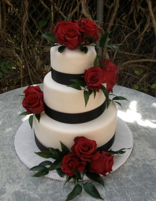 black and white wedding cake with red roses Black And White Wedding Cakes