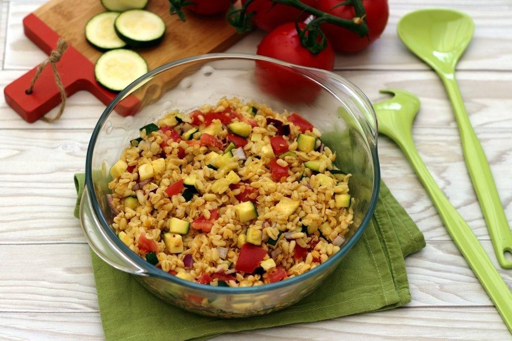 Salade de blé, lentilles corail, courgette et tomates ...