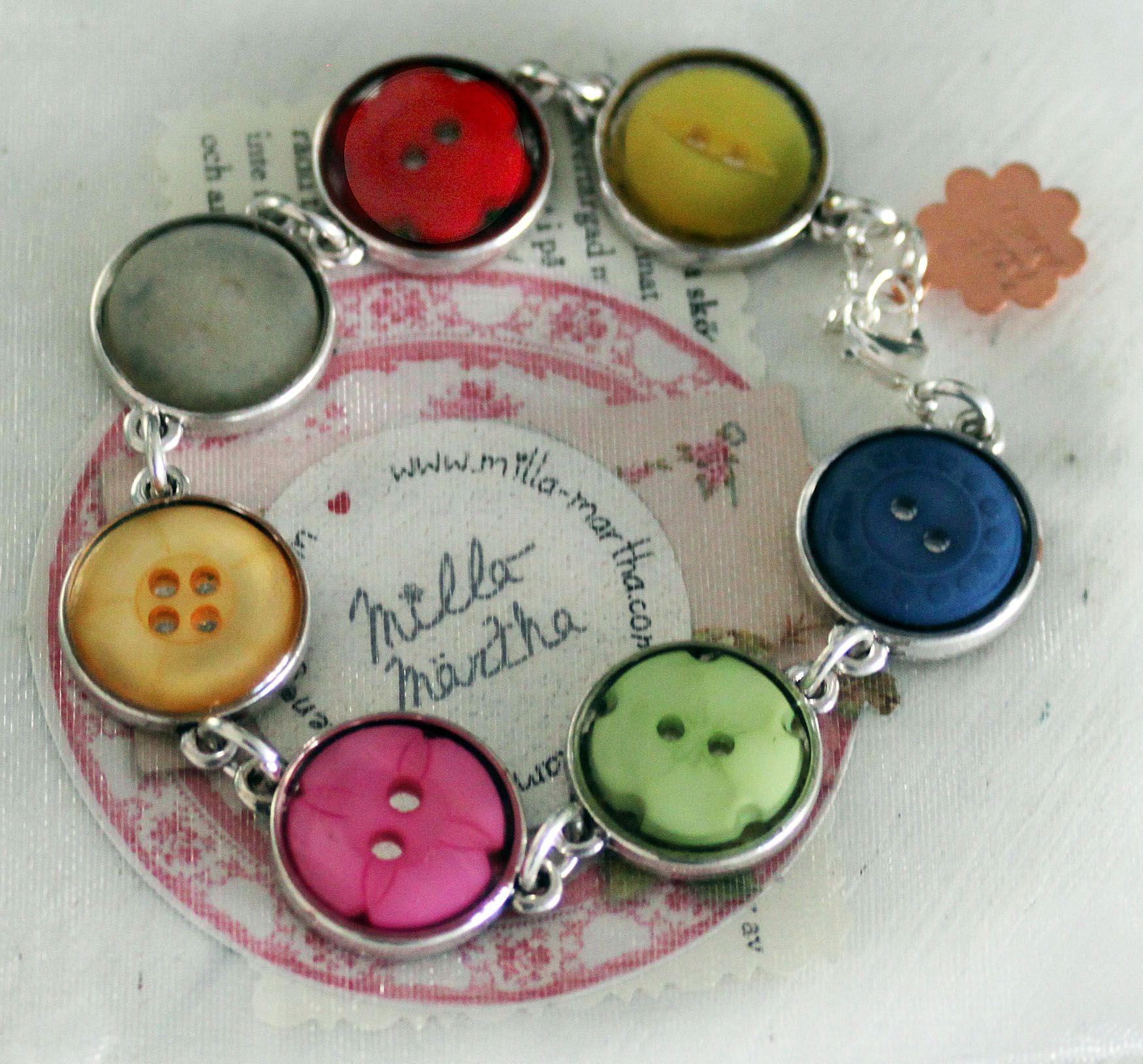 Bracelet with buttons from Milla-Märtha    Armband med knappar från Milla-Märtha