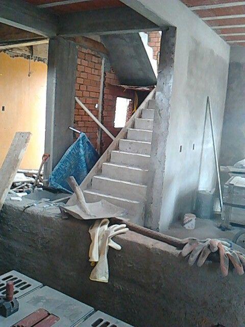 Visão da cozinha para escada e hallzinho de entrada.