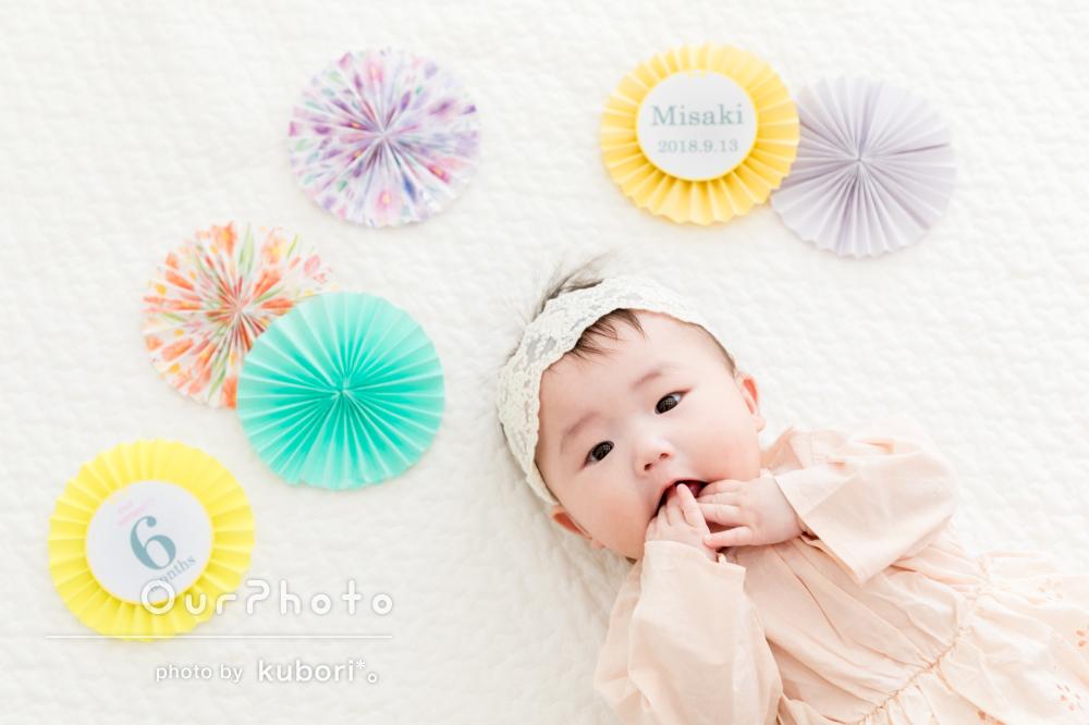 自宅で小物を使っておしゃれなハーフバースデー記念の家族写真 Ourphoto アワーフォト ハーフバースデー 赤ちゃん 写真 アイデア ハーフバースデー 写真